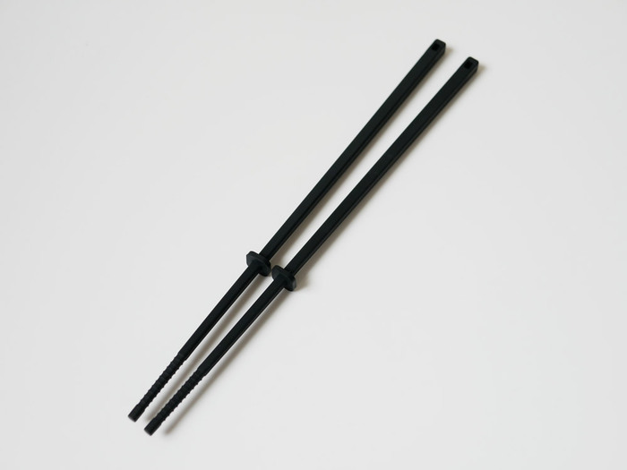 シリコンの菜箸は、中ほどにスクエア型のキーパーがついているので、そのまま置いても箸先が調理台についてしまうことがありません。しかも、このキーパーは位置を調整することができるんです。自分が使いやすい位置に動かしておけば、より愛着の湧くアイテムになりそうです。