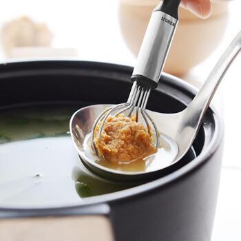 味噌を効率的にといてくれるマルチワイヤースプーン。粘着度の高い味噌もすっと取り出すことができ、さらにワイヤー部分がホッパーのような働きをしてくれるので、ささっと溶かすこともできます。