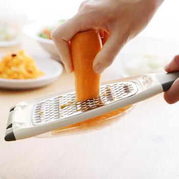 キャロットラペを作るための人参の細切りを、力をかけずにささっと作ることができるラぺメーカー。ブレードの裏表で、食感の違う二種類の細切りに仕上げられます。サラダの上に彩りとして人参をささっと削ってみたり、パスタの上にチーズを削ってみるのにも使えそうです。