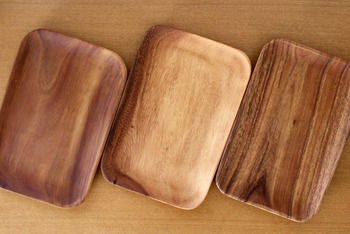 ナチュラルな木の質感が美しい、無印のアカシアプレート。一枚一枚異なる木目が美しく、買うときにお気に入りのものをじっくり選びたくなります。