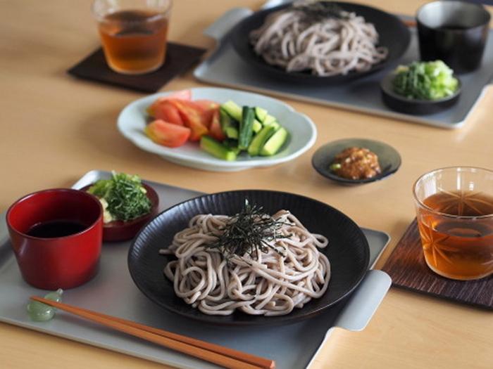 ランチョンマット代わりにお食事をのせても◎。おしゃれなカフェみたいな雰囲気になりますし、テーブルを汚れや傷から守ってくれます。