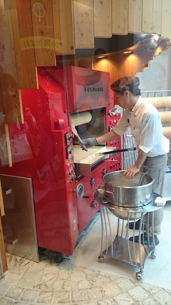 国際通り店では、ガラス張りの厨房でバウムクーヘンを焼いているところを見ることができます。一層一層を丁寧に重ねて、焼きあがるのには一時間前後かかるのだとか。思わずじっと見入ってしまいそうです。