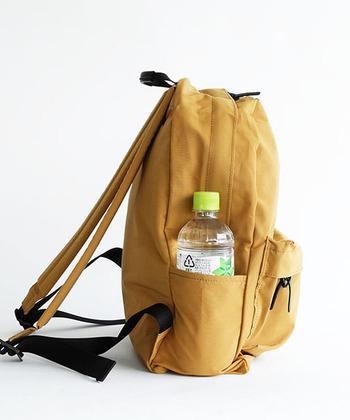 どこにポケットがあるかチェックしましょう。マザーバッグとして使いたい場合は、横にペットボトルを入れられる大きさのポケットがあると便利です。