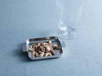 おつまみを直接入れるのもOK。アルミだから軽量で扱いやすく、使うほど味が出てくるから経年変化も楽しめます。