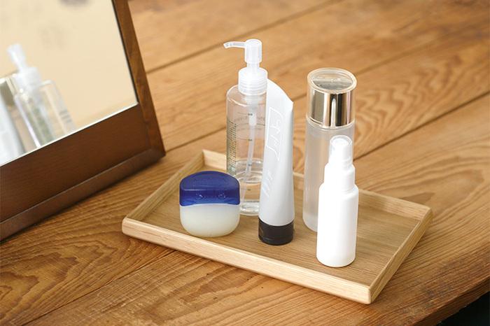長方形のトレーはS、M、Lの3サイズ。一膳分の食事がちょうど収まってランチョンマットにも程よいLサイズ。奥行き16cmのSは、玄関で鍵や腕時計用のトレーとして。洗面後に使う化粧水、乳液、クリームなどをひとまとめにしておくのにも便利です。