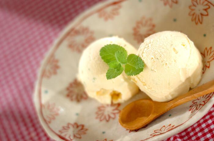 柚子の皮と果汁を市販のバニラアイスに加えた柚子アイス。バニラアイスの濃厚さと柚子の酸味がマッチ。暑いときでもさっぱり頂けそうです。