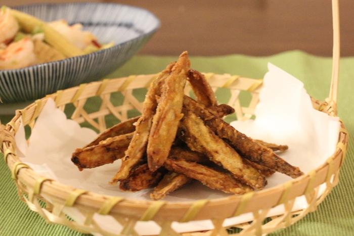 ごぼうにカレー粉の衣をつけてカリカリに揚げて。チップス感覚でいくらでも食べられちゃう美味しさです。おつまみやおやつにも◎