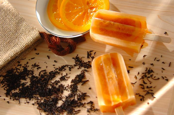 風味豊かなアールグレイにオレンジのシロップ漬けで作る、上品で爽やかなオレンジティーのアイスキャンディー。さっぱりとした甘さは、大人向け。罪悪感なく食べられそうですね。