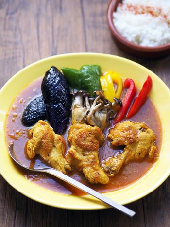 北海道風スープカレーの一番のポイントは、旨味とスパイス。手羽元の骨からうまみが染み出すスープカレー。味付けはスパイスの効いたカレー粉で簡単です。