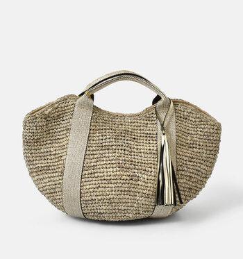 柔らかくしなやかなラフィア素材を使用したトートバッグ。フロントにレザーのタッセルをあしらい、ナチュラルな中にもキチンと感ある上品さがきらりと光ります。