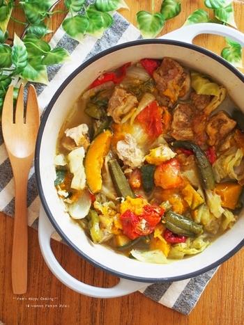 夏野菜がごろごろ入った、あっさりカレースープ。無水調理で、野菜から出る旨みと鶏の出汁が効いた美味しいスープです。