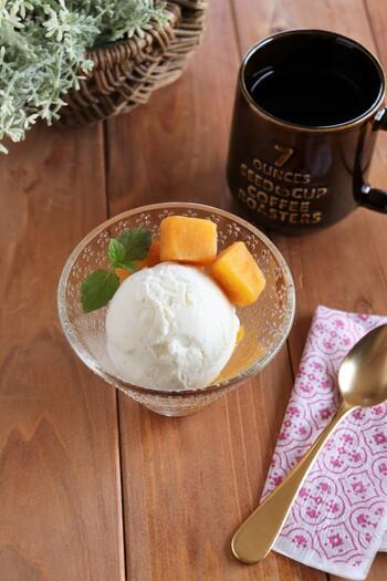 ギリシャ風ヨーグルトと生クリームで作る塩バニラアイスです。あっさりとした味わいなので、どんなフルーツとも合わせやすいですね。バニラビーンズをたっぷり入れるとおいしいですよ。