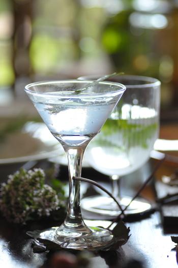 爽やかな香りでリフレッシュできる!レモングラスのさっぱり系ハーブドリンク。レモングラスは炭酸水を入れた後に混ぜて香りを移します。