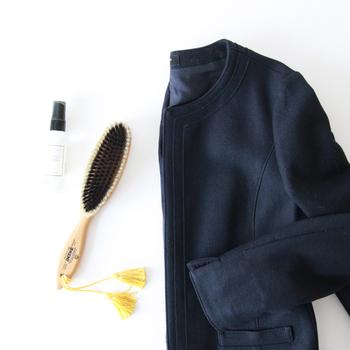 お洋服のお手入れと言えば、クリーニング?それ以外でもお家で効果的なお手入れ方法があります。毎日のケアに洋服ブラシを取り入れることで、お気に入りのお洋服をグンと長持ちさせることができますよ。