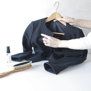 洋服ブラシの役割は汚れを落したり、繊維の向きを整えたりすること。生地の状態をリセットすることで、長く着続けられるわけです。
