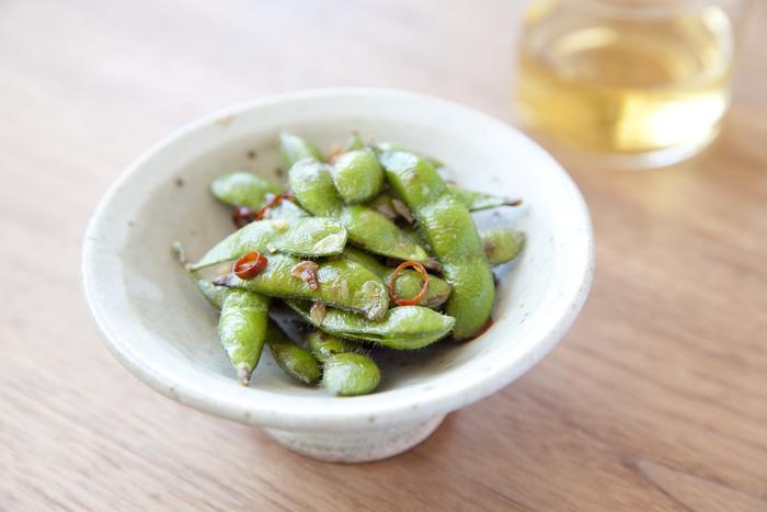 おつまみの定番、枝豆をペペロンチーノ風に味付けした一皿。冷凍枝豆を使うとあっという間にできますよ。唐辛子とニンニクの風味がお酒と相性バッチリ!