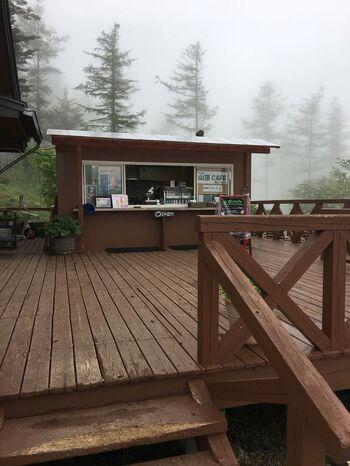 「入笠すずらん山野草公園」入口の「山頂カフェ」では…