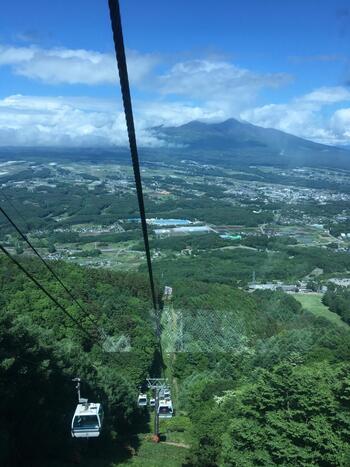 """山梨県境に近い富士見高原。都心から中央自動車道で1時間半の距離は、首都圏発日帰り""""バスツアー""""""""トレッキングツアー""""の目的地としても知られます(後出)。  ゴンドラは、標高1700mあまりの「山頂駅」まで10分前後で登ります。"""