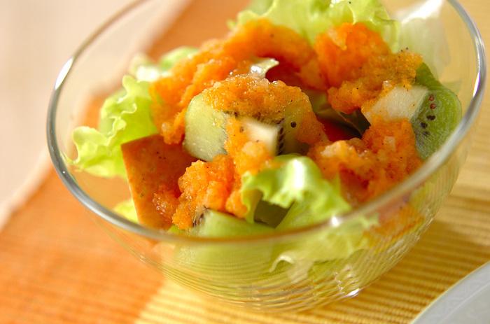 デザート感覚でいただける、りんごやキウイなどのフルーツににんじんのドレッシングをかけたレシピ。ドレッシングの酸味・塩味と、果物の甘さのバランスがgood!