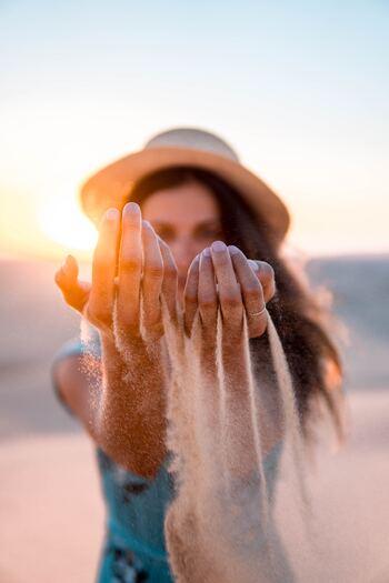 自分のところに舞い込んだ幸せ、あなたはどう使うでしょうか。一人占めしたいという気持ちもあるかもしれませんが、幸せはシェアして分かち合うことです。 見返りを求めず人に親切にすると、脳内に幸せを感じるホルモンが分泌されることが分かっています。まわりの人を幸せにすることは、巡り巡って自分を幸せにするのです。そんな利他の心、ペイフォワードの精神をもちたいですね。