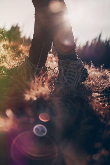 何かを手に入れれば幸せになれる、どこかへ行けば幸せが見つかる、そんなふうに思っていませんか。確かに、欲しかったモノを手に入れたり、現実逃避してどこかへ行ったりすれば、高揚した気分が得られるかもしれません。でもそれは一時しのぎにすぎないのです。 幸せは自分の外側にあるものではなく、自分自身の中にあるもの。決して派手な感情ではなく、じんわりと心の奥からにじみ出てくるような、奥深い感情なのです。
