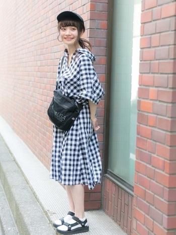 ナチュラルコーデさんに人気の、軽やかでボリューム感のあるシャツワンピース。抜き襟とオーバーサイズが女性らしさを演出しています♪キャップ、サンダル、ショルダーバッグで、かわいくカジュアルダウンしているのも◎。