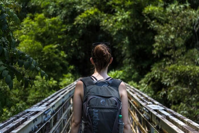 自然の多い場所にあるグランピング施設なら、周りを散策して自然を感じましょう。普段とは違った場所に身を置くことでリフレッシュに繋がることもあると思います。