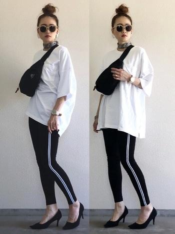 ビッグシルエットのの白Tシャツに、ラインレギンスを合わせたカジュアルスタイルです。注目したいのが、小物遣い!パイソン柄のスカーフを巻き、足元にはパンプスを持ってくるという上級テクです。ちょっとしたお出かけにもいいですね♪