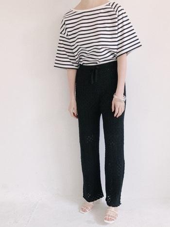 シンプルなボーダーTの下に、シンプルな黒のパンツ……と思いきや、かぎ針編みのニットパンツなんです!いつも履いているスキニーの代わりに、透け感のあるニットパンツを持ってくることで一気におしゃれさがアップ♪裾がフレアになっているので、上品さも身につけられますよ。柄だけでなく素材でおしゃれに着こなす上級者コーデです。
