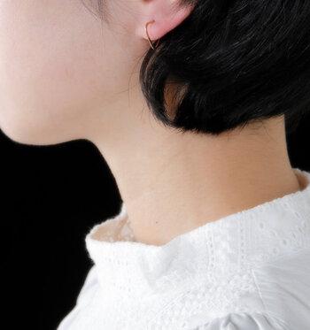 直径1mmほどの丸い棒状のゴールドのみを使い、1点1点丁寧にハンマーで叩いて作られた逸品。無駄を削ぎ落とした洗練デザインは、素材の持つ質感と無駄のないシンプルな形が、女性の耳元を引き立てます。デザインは4種類をご用意。