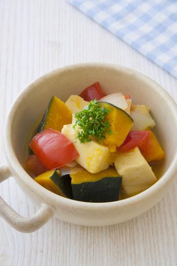 食事を通してバランスよく摂りいれたい野菜。ほてった体を冷やしてくれる水分たっぷりの夏野菜は、生で食べることが多くなりがちですが、温活をするなら、高野豆腐を加えて作るコンソメ煮がおすすめ。体を温める働きがあると言われている<カボチャ>のように色の濃い野菜を、積極的に加えてみましょう。