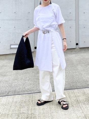 白のワントーンコーデは、ベルトでウエスとマークして引き締め&着こなしにリズムを。バッグ、サンダル、ブレスレットの小物をブラックで揃えているのが効いています。