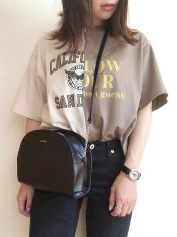 Tシャツを2枚縫い合わせたような、インパクト大のデザインTシャツは、デニムとあわせてシンプルに。Tシャツに視線が集中するので、小物は黒で上品に仕上げましょう。