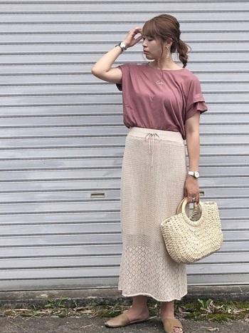 袖にフリルの付いたデザインなら、さらりと着ても女性らしいコーデに。かごバッグやニットスカートで優しい印象にまとめています。