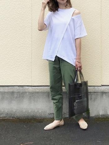 レイヤードしているように見えるデザインTシャツは、他をシンプルにしてコーデのメインに。柄を使わず、色のアイテムで白Tシャツのデザインを目立たせて。