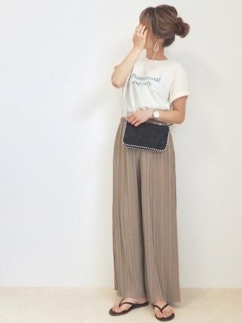 カジュアルかなと思うロゴTシャツも、ワントーン&ボトムスをプリーツワイドパンツにすれば、ラグジュアリーなリゾートコーデに!小物の色を揃えて引き締め効果を出している、上級者の着こなしです。