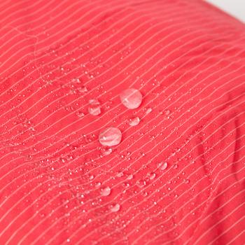 TO&FROで使用されている生地は、はHUMMING BIRDという、撥水処理、生活防水機能なので、多少の雨にあたっても中の洋服が濡れる心配もなく、洗面道具を入れて洗面所に置いておいても安心です。