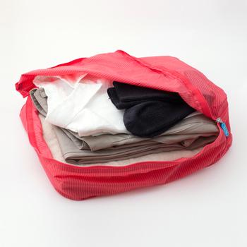 Mサイズは、洋服やパジャマを入れるのに適していて、春ものの洋服の上下2セットが余裕で入ります。また、ビジネスシャツなら4枚、カジュアルなシャツなら6枚も入って便利。