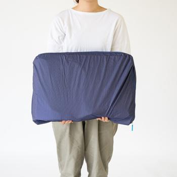 Mサイズ2個ぶんの大きさのあるLサイズは、春物の上下セットが余裕で4セットほど入ります。厚めの服が多くなる冬や、長期の海外旅行にも役立ってくれそう。