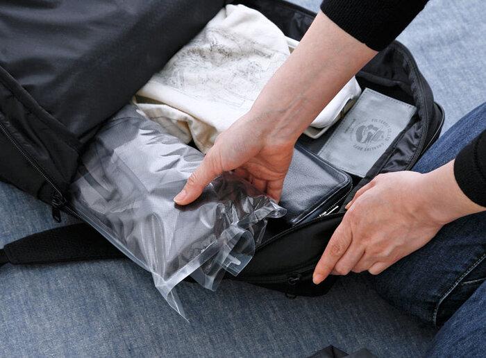細長く丸めた状態なら、空いているスペースに衣類を入れることができてとっても便利。