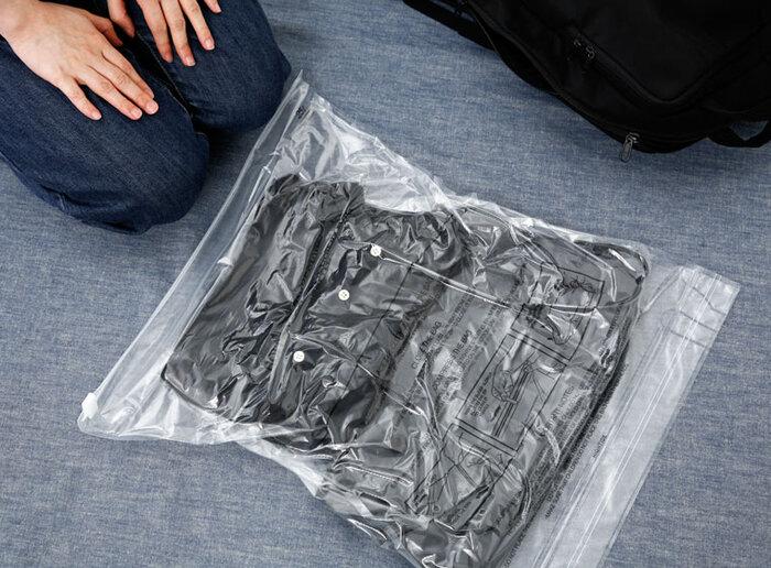 丸めるだけでなく、スーツケースなどバッグの形状によっては、平らにして重ねて入れても◎。行きは洋服をそのままバッグに入れて、帰りにお土産が増えたら、お土産の形に合わせてコンプレッションバッグで洋服を圧縮するのも◎。