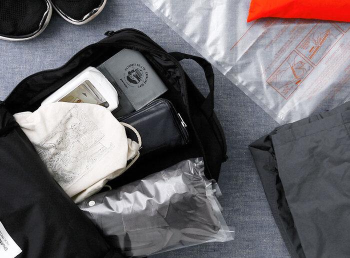 旅行でかさばる衣類の収納に便利な圧縮袋。よく布団などを入れる時に使う掃除機も必要なく、折り曲げるだけで簡単に」真空状態になるので、旅先で気軽にかさばる衣類の整理ができます。