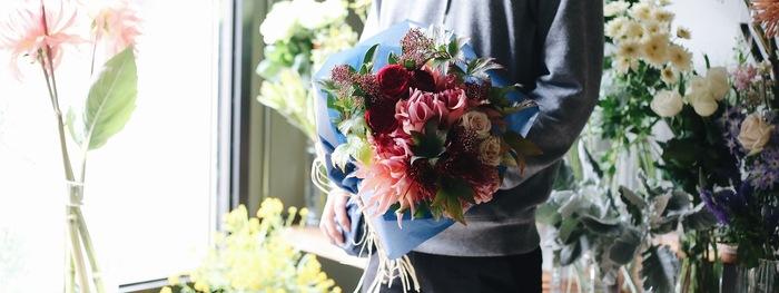 「市販品ではなく自分でセレクトした花材でドライフラワーを作りたい」。けれど「花材を見極めるのは自信がない・・・」という場合には、直接花屋さんに相談してみるのもいい方法です。