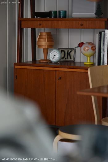 こちらの置き時計はヤコブセンの限定カラー。スモーキーなブルーが心地よいワンポイントになって、ヴィンテージ家具やオブジェとも好相性です。