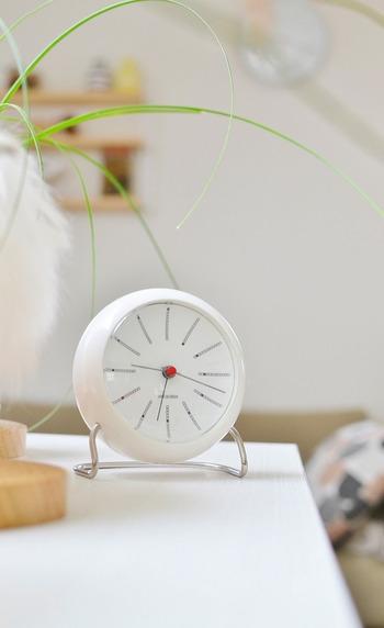 それは掛け時計だけでなく、置き時計でも同じ事。ふとした瞬間にお気に入りが目に入れば、それが日々のささやかな楽しみへとつながります。せっかくなら他の家具たちと調和し、部屋の雰囲気を上げてくれるようなものを選びたいですよね。