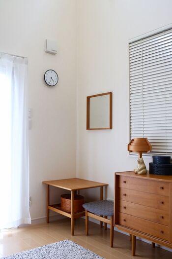 北欧ヴィンテージでまとめた部屋の中で、時計の黒が全体の引き締め役に。時計自体はそれほど大きくありませんが、しっかりとメリハリが効いています。