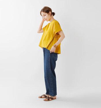 鮮やかな黄色とデニムブルーのコントラストが素敵なコーデ。写真にとっても華やかになりそうですね。トップスは後ろ下がりにカッティングされていて、スタイルアップも狙えます♡