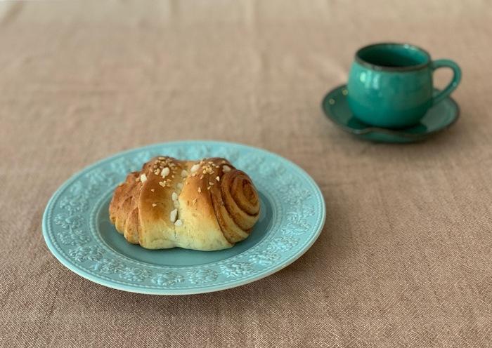 *筆者撮影 ぜひ味わってほしいのが<シナモンロール>。日本のシナモンロールはシュガーコーティングされた、とても甘い菓子パンです。ライ麦ハウスベーカリーのシナモンロールは、つぶつぶとしたフロストシュガーがほんのり甘く、むしろシナモンとカルダモンが豊かに香るスパイシーさが特徴。日本のシナモンロールとは違ったフィンランドの味を体験してみてください。