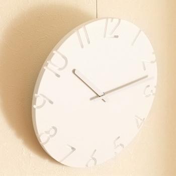 よりオブジェ感を強調するなら、こんな掛け時計はいかが? 文字盤から数字やラインを彫り出したような「CARVED」。光の当たり具合によって陰影が変わり、1日でいろんな表情を見せてくるアーティスティックな時計です。