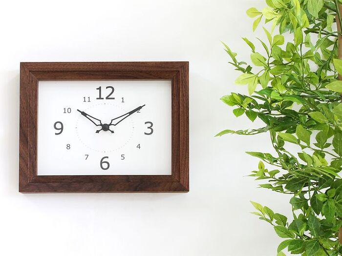 ラウンド型が多い掛け時計の中で、あえてスクエアを選ぶと、空間にちょっと意外性が生まれます。フォルムがキリッとシャープな分、ウッドのフレームで温かみを添えると、他の家具とも調和しやすくなって◎です。